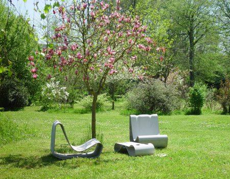 Schleifensessel von Guh im Frühlingspark von Espace Château DES mit